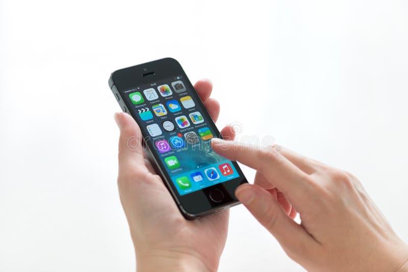IPhone 5S de Apple en manos imágenes de archivo libres de regalías