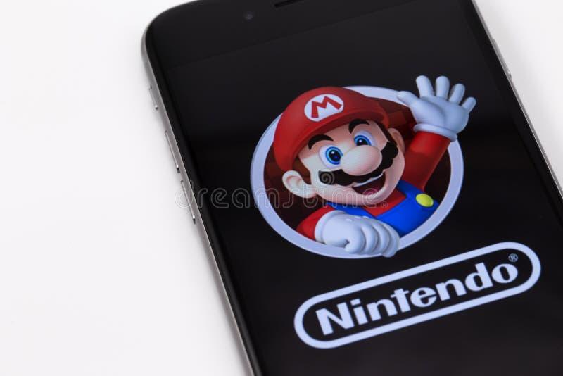 IPhone 6s di Apple con la figura carattere eccellente di Mario Bros da Supe fotografia stock