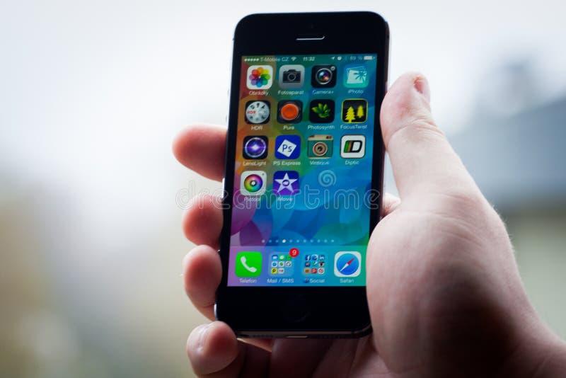 IPhone 5S en la mano foto de archivo libre de regalías