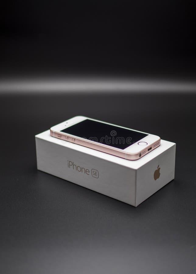 Iphone SE różany złocisty kolor fotografia royalty free