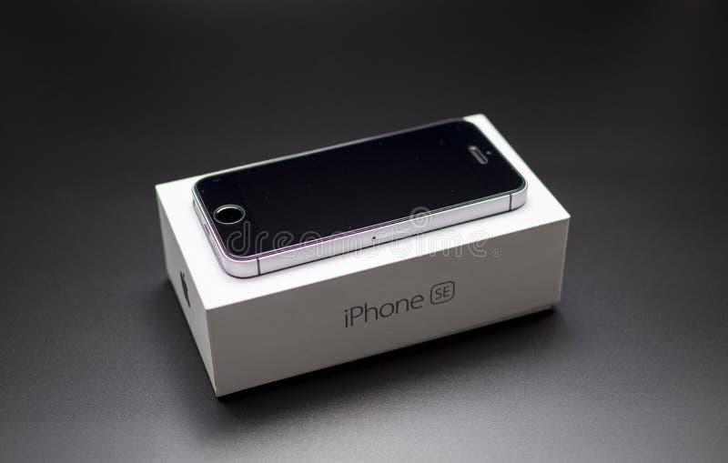 Iphone Se-Schwarzes auf dem Kasten stockbild
