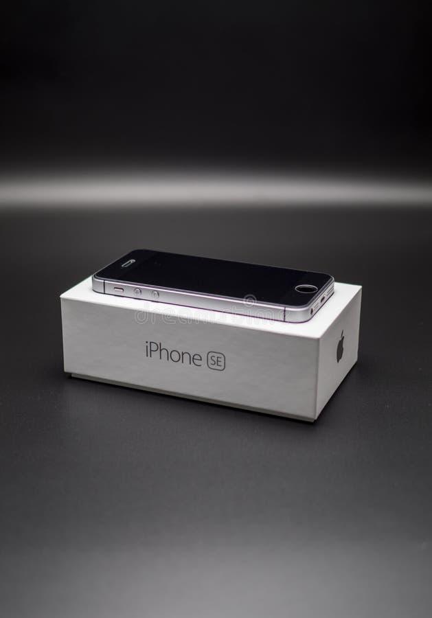 Iphone Se-Schwarzes auf dem Kasten lizenzfreies stockfoto