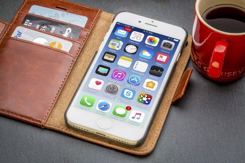 IPhone 7 w rzemiennym portflu z kawą zdjęcia stock