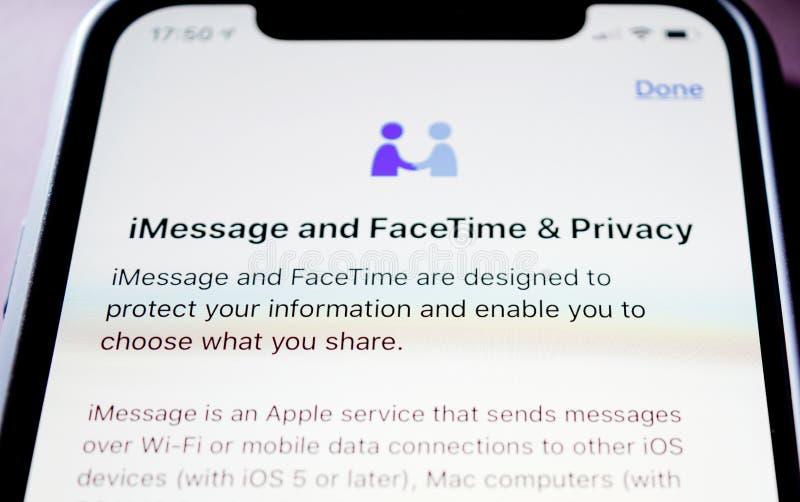 IPhone XS de Apple com iMessage e privacidade de FaceTime fotografia de stock royalty free
