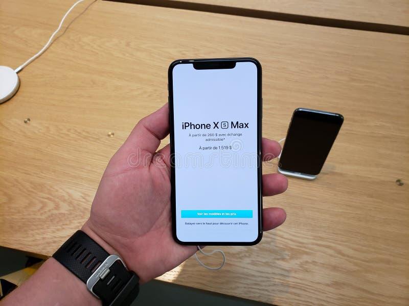 IPhone XS de Apple máximo en una mano imagen de archivo libre de regalías
