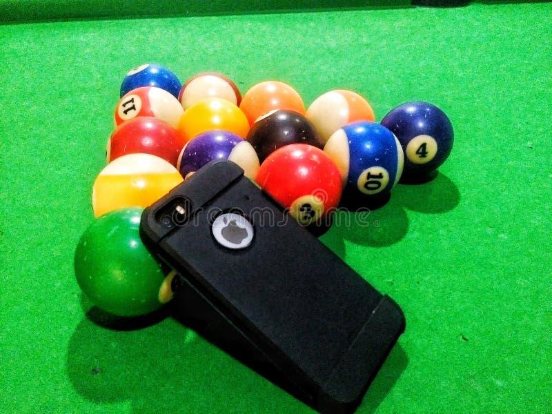 iPhone y piscina fotos de archivo