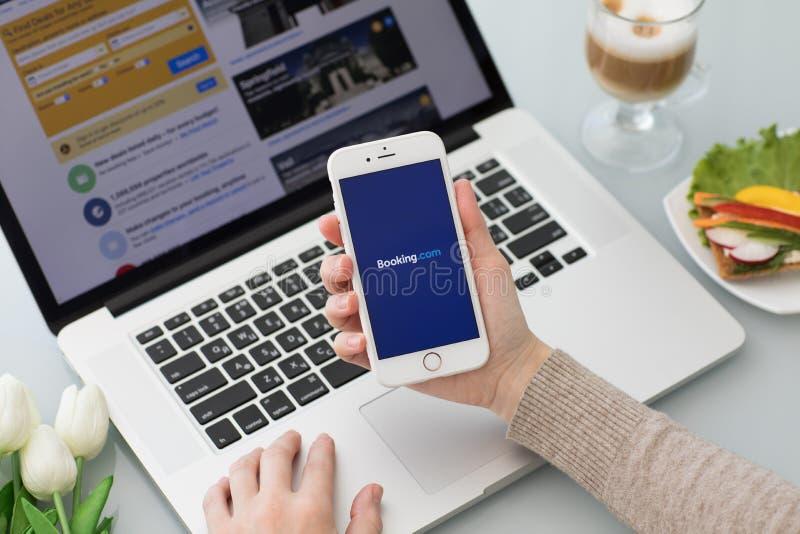 IPhone z app rezerwacją com online hotelowe rezerwacje na ekranie fotografia royalty free