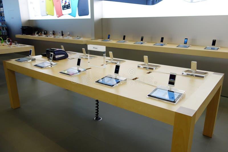 Iphone5 im Einzelhandelsgeschäft des Apfels lizenzfreie stockbilder