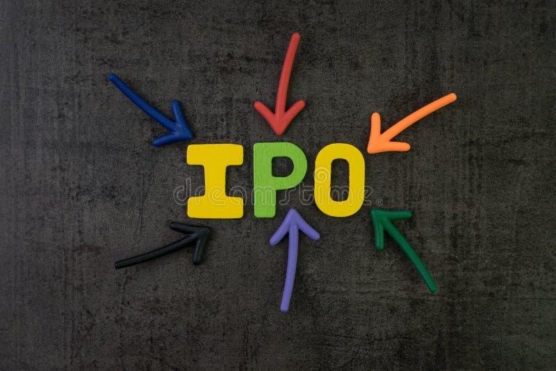 IPO, concept initial d'appel public à l'épargne, flèches colorées dirigeant t photo libre de droits