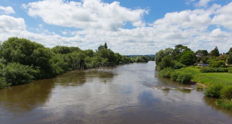 Ipsilon del fiume che passa Ross-su-ipsilon Herefordshire Inghilterra Regno Unito un piccolo borgo fotografia stock libera da diritti