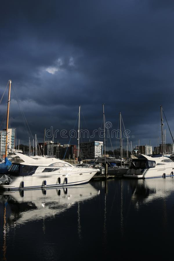 Ipswich-Ufergegendjachthafen mit Sturmwolken lizenzfreie stockfotos