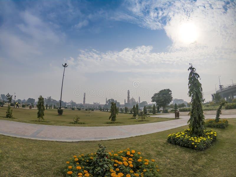 Iqbal Park y mezquita de Badshahi en Lahore Paquistán imagenes de archivo