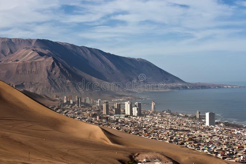 Iquique πίσω από έναν τεράστιο αμμόλοφο, βόρεια Χιλή στοκ φωτογραφία