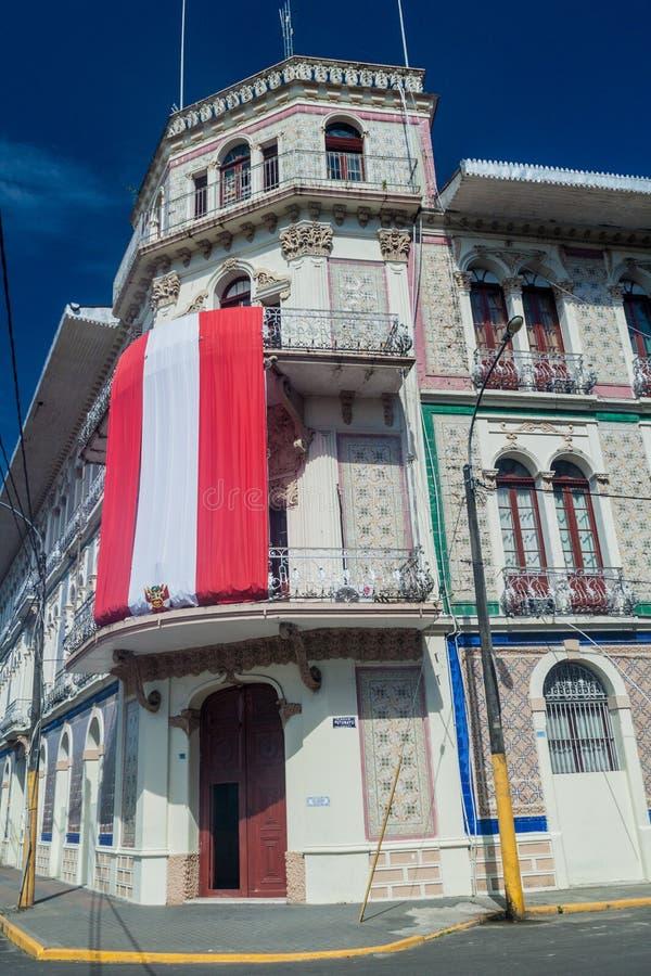 IQUITOS, PERÚ - 20 DE JULIO DE 2015: Edificio viejo con la bandera peruana en Iquito foto de archivo