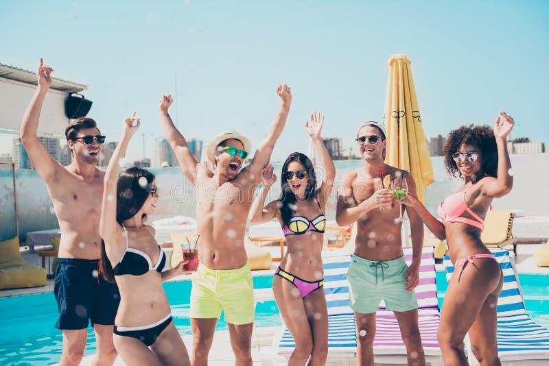 Ir de discotecas alegre alegre deportivo fino de los individuos del ajustado atractivo agradable en el club de moda del hotel del fotografía de archivo libre de regalías
