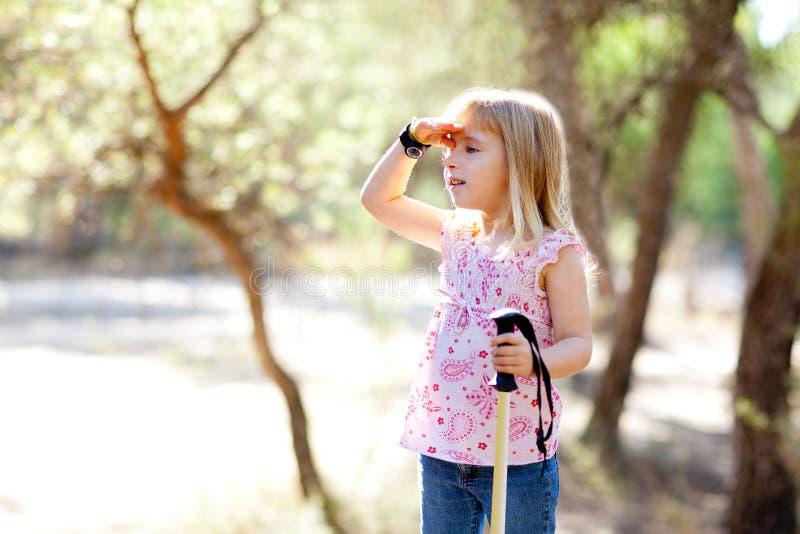 Ir de excursión a la muchacha del cabrito que busca la mano en pista en bosque fotografía de archivo