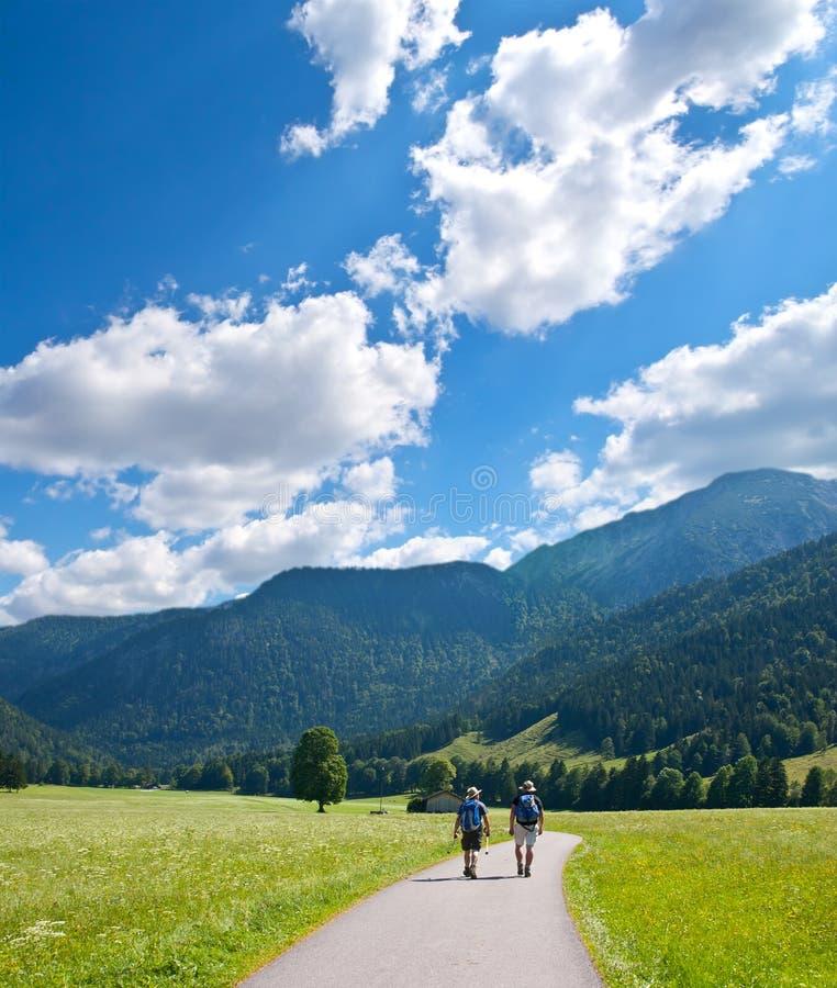 Ir de excursión a turistas en montañas foto de archivo