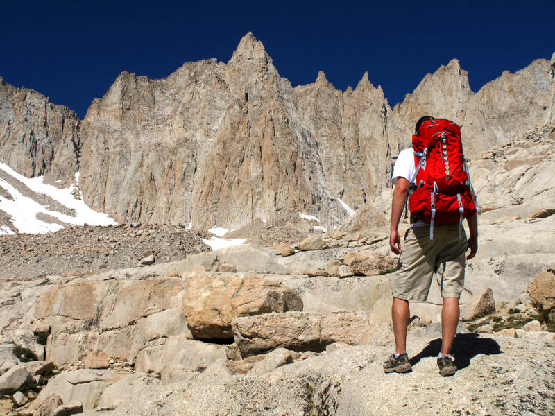 Ir de excursión una montaña alta imagenes de archivo