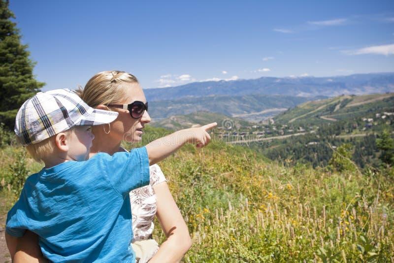 Ir em um Hike da família nas montanhas fotografia de stock