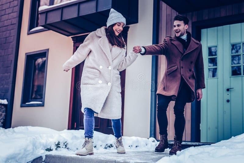 Ir positivo e feliz apenas do casal do sentimento para a caminhada imagens de stock