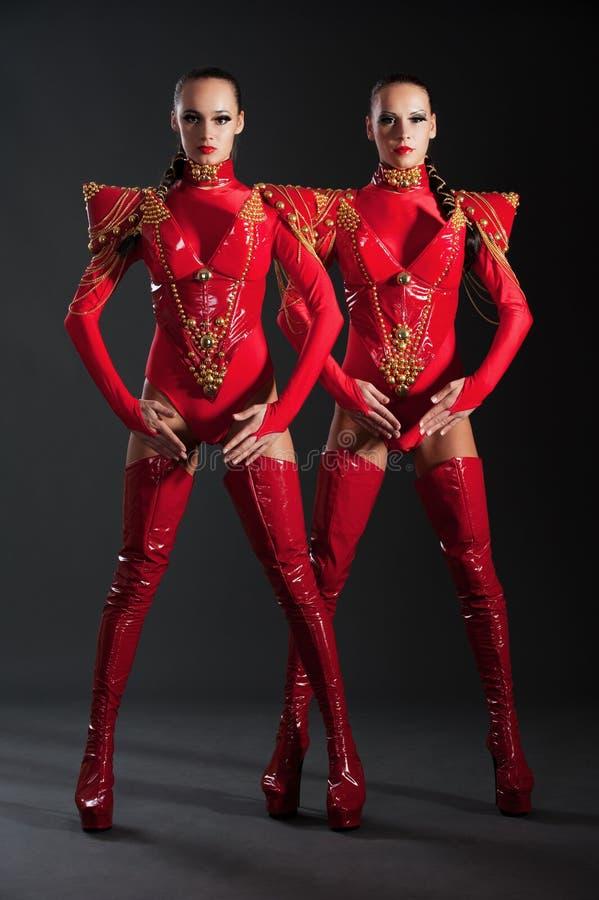 Ir-van los bailarines en trajes rojos imagenes de archivo