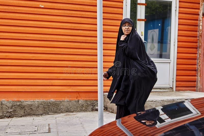Irańscy kobieta spacery zestrzelają ulicę, Teheran, Iran zdjęcia royalty free