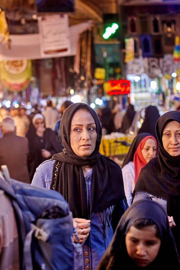 Irańscy kobieta stojaki w Orientalnym bazarze, Teheran, Iran obraz royalty free