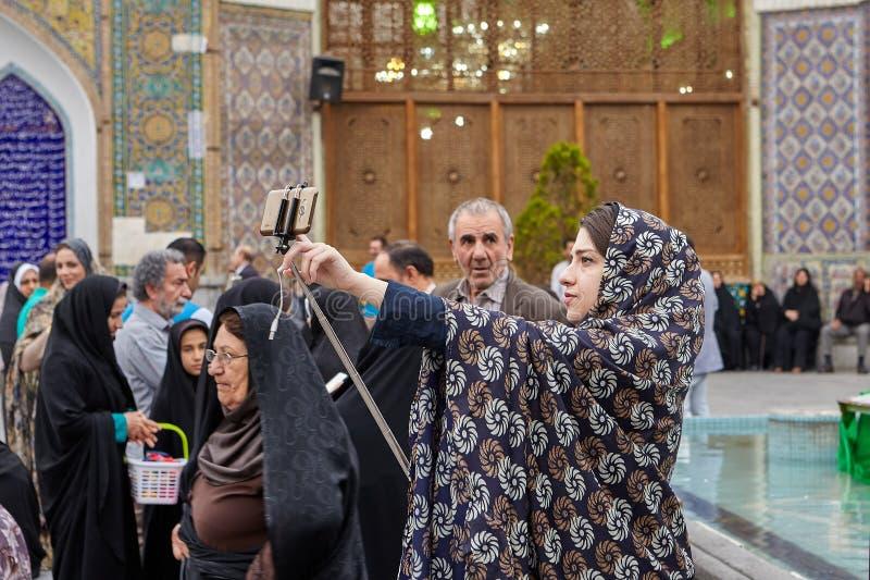 Irańska kobieta bierze fotografię blisko meczetu, Teheran, Iran obraz stock