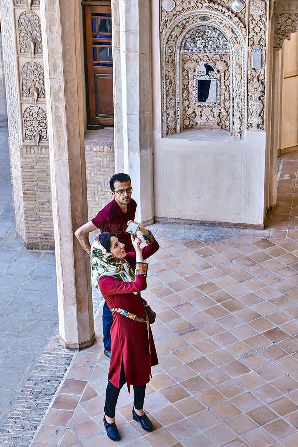 Irańska kobieta bierze fotografie w Tabatabaei dziejowym domu, kasza fotografia royalty free