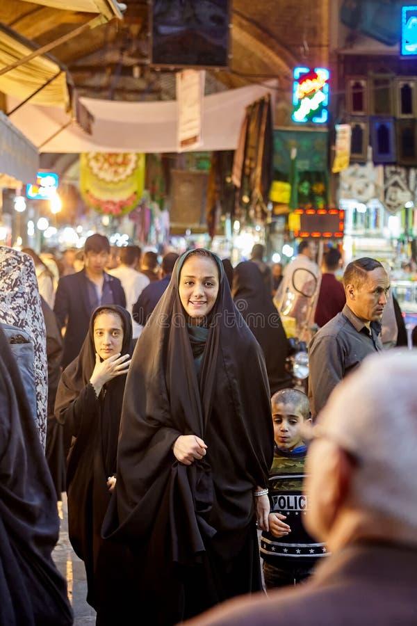Irańska kobieta chodzi wokoło Orientalnego bazaru, Teheran, Iran zdjęcia stock