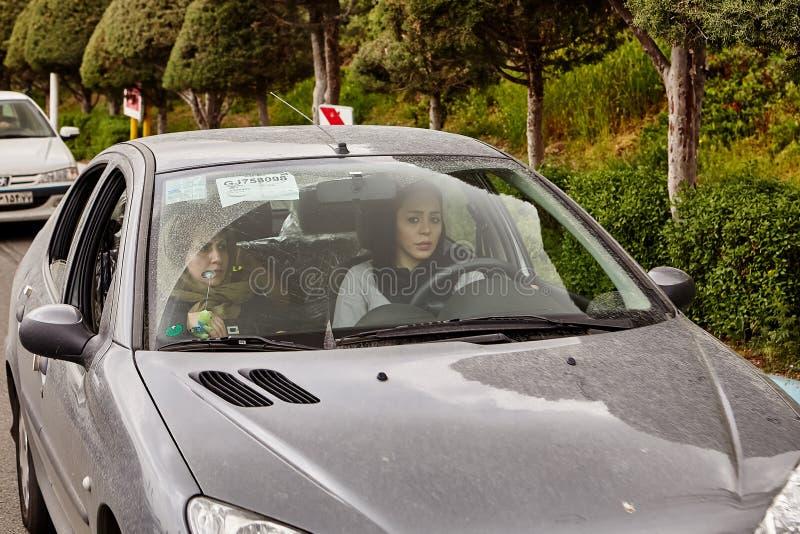Irańska kobieta jedzie samochód, Teheran, Iran obraz royalty free