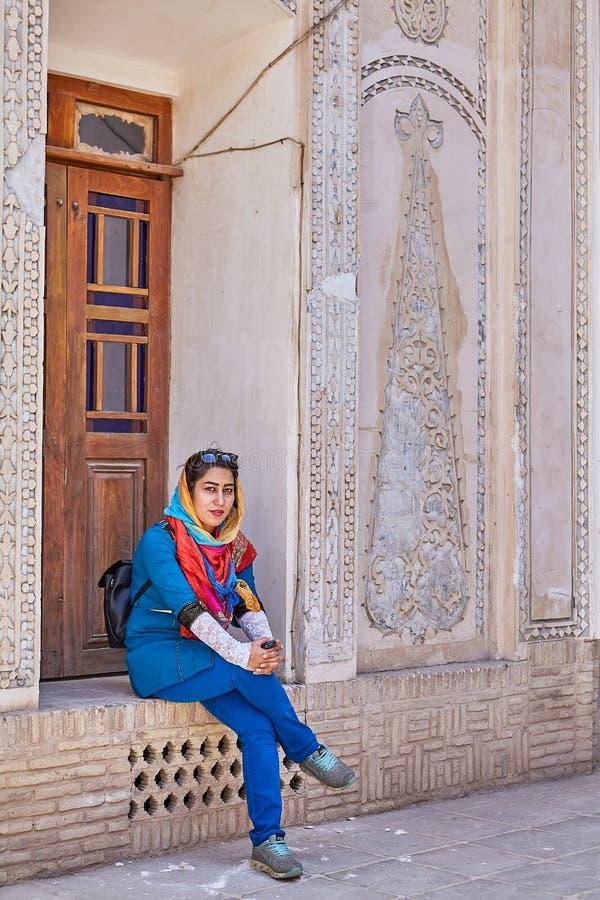 Irańska kobieta siedzi w podwórzowym inTabatabaei domu, Kashan, Ira zdjęcie royalty free