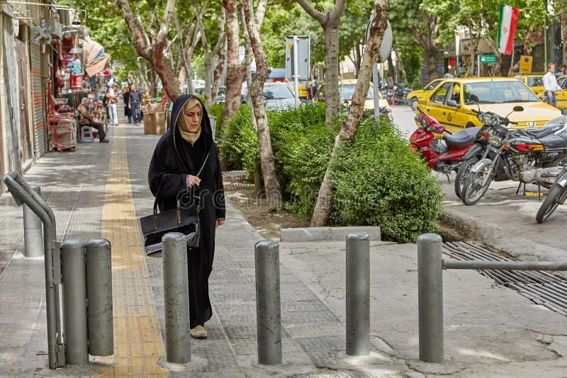 Irańska kobieta w hijab chodzi w dół ulicę, Isfahan, Iran zdjęcie stock