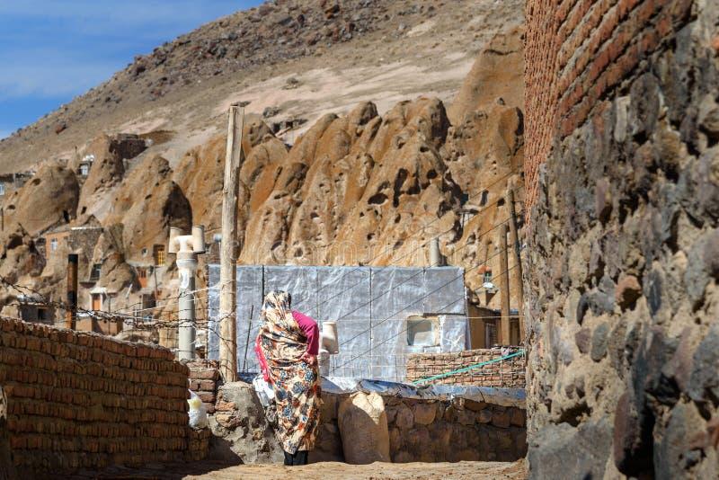 Irańska kobieta w rockowej wiosce Kandovan Iran obrazy royalty free