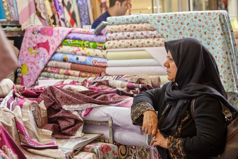 Irańska kobieta w tkankowym sklepie, Teheran, Iran obrazy stock