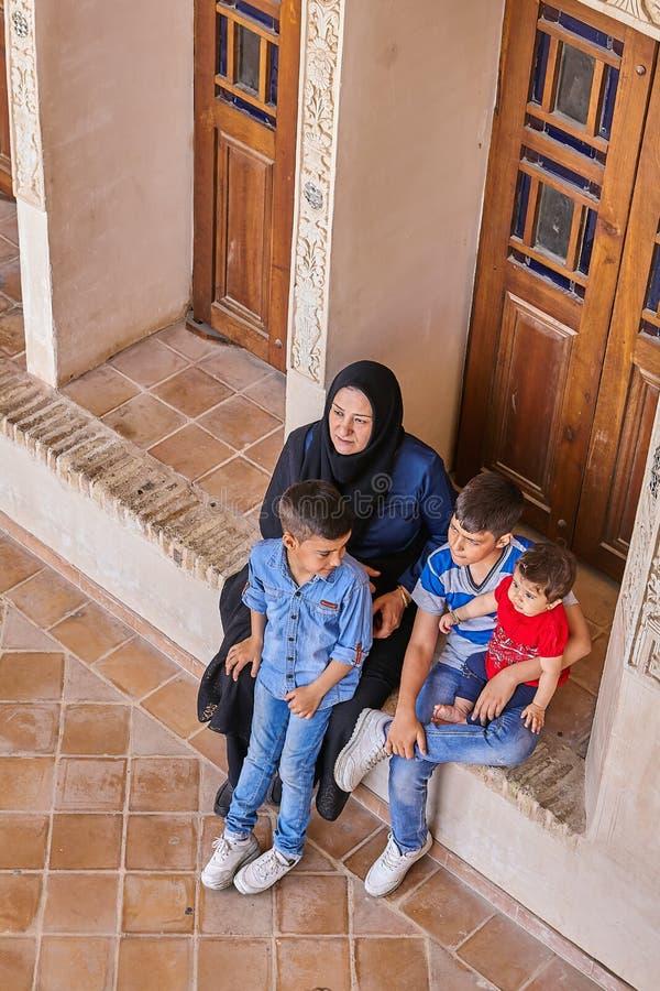 Irańska kobieta z dziećmi w Tabatabaei dziejowym domu, Kash obrazy stock