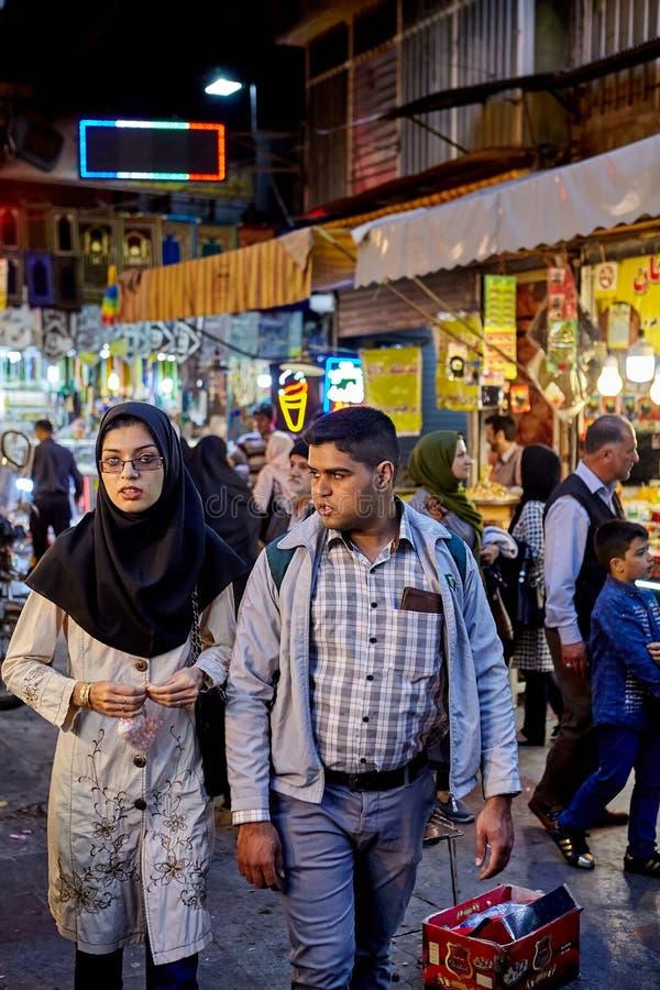 Irańska para chodzi wokoło rynku, Teheran, Iran obrazy stock