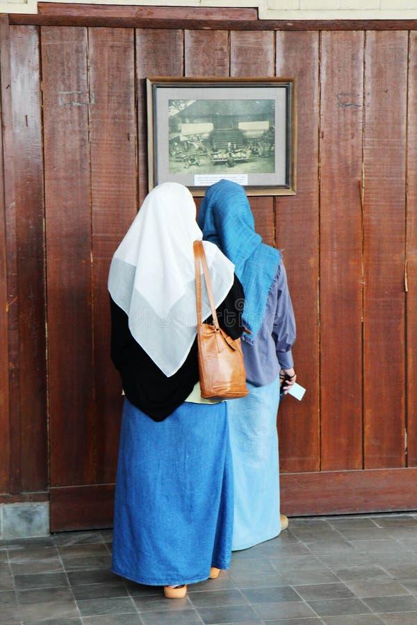 Irański kobiety spojrzenie przy fotografią zdjęcia stock