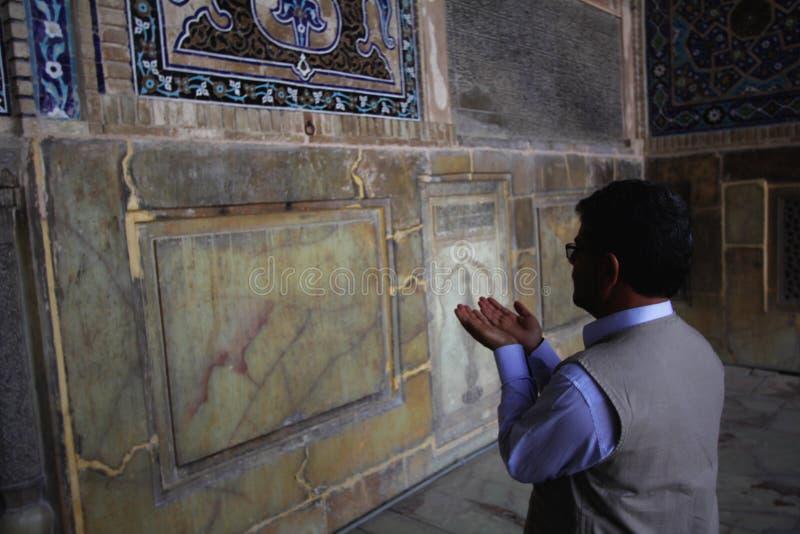 Irański mężczyzna modlenie wśrodku Jameh meczetu Isfahan miasto w Iran zdjęcie stock