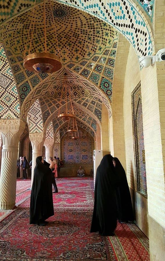 Irańskie kobiety bierze obrazki w Nasir ol Molk Różowy meczet, Shiraz, Iran obraz stock