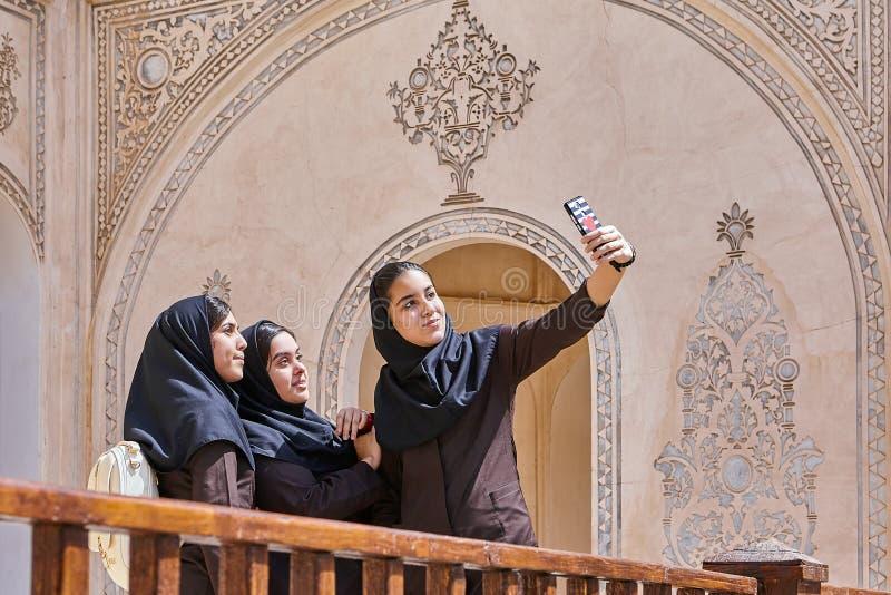 Irańskie kobiety biorą fotografie w Tabatabaei dziejowym domu, Kashan obraz stock