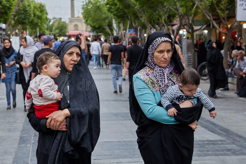Irańskie kobiety chodzą puszek ulica, Teheran, Iran zdjęcia stock