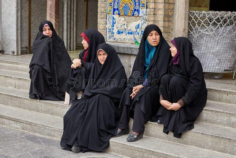 Irańskie kobiety siedzą blisko meczetu, Rey, Teheran, Iran zdjęcie stock