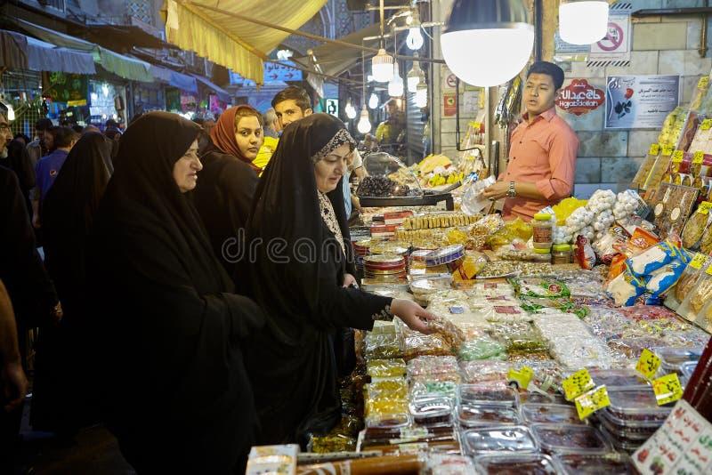 Irańskie kobiety w bazarze blisko Shahr-e-Rey staci metru, Teheran, obrazy stock