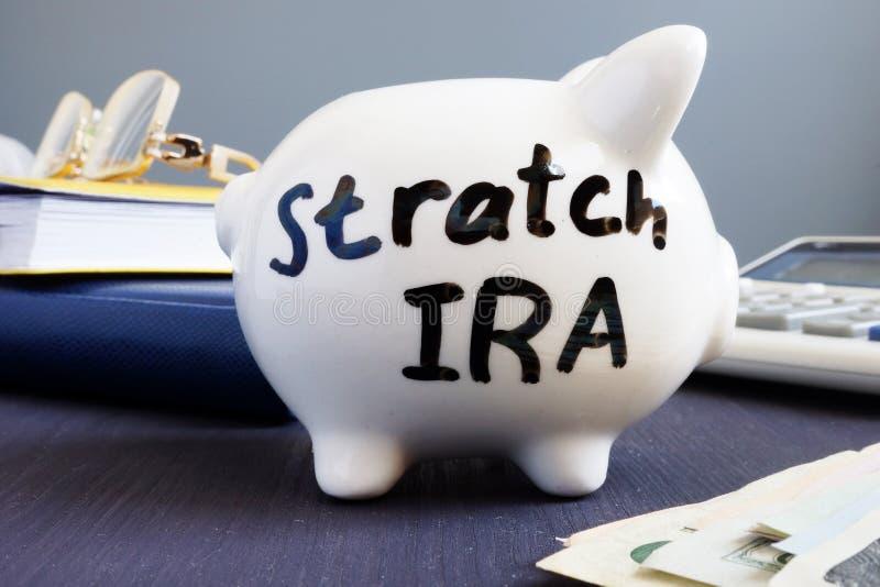 IRA τεντωμάτων που γράφεται σε μια piggy τράπεζα Αποχώρηση στοκ φωτογραφίες