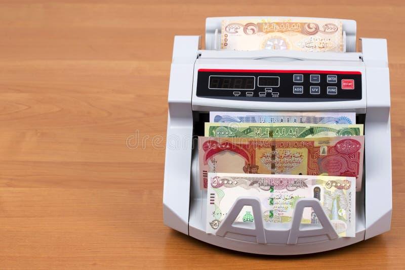 Iraaks geld in een telmachine royalty-vrije stock afbeeldingen
