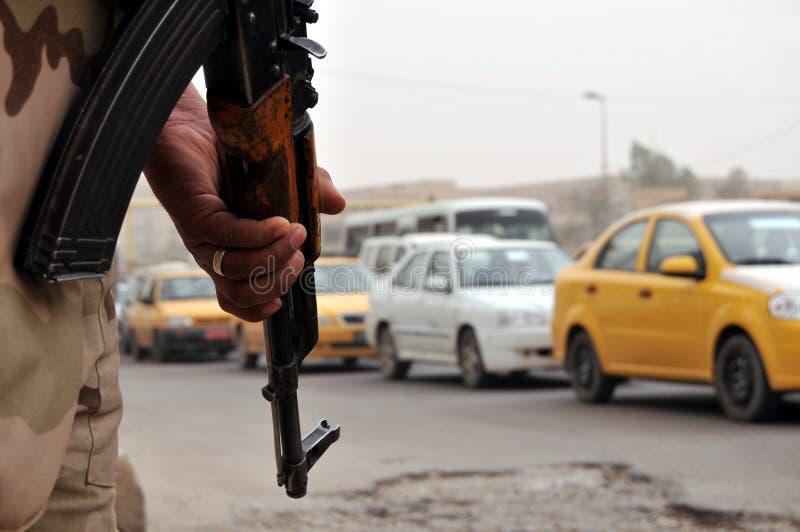 Iraakse militair bij wegversperring stock afbeeldingen