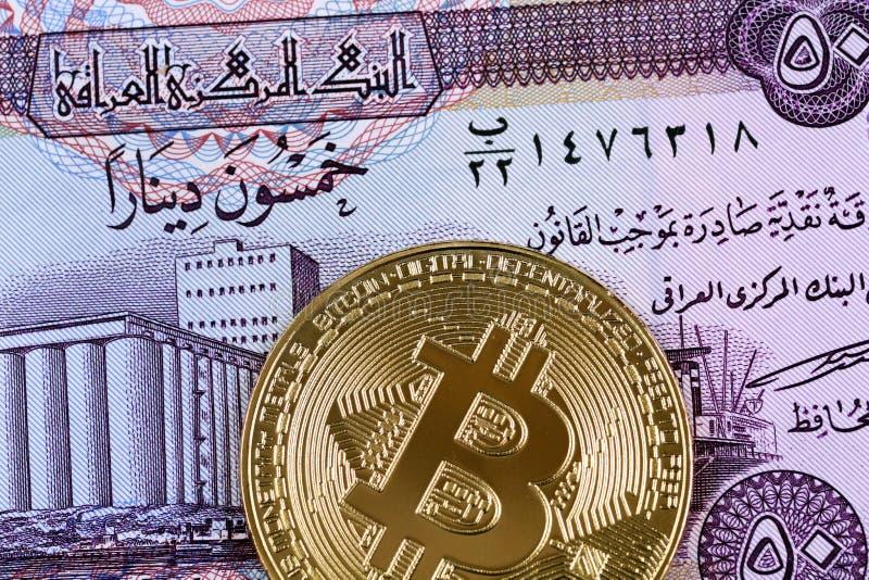 Irakier femtio dinar anmärkning med en guld- bitcoin fotografering för bildbyråer