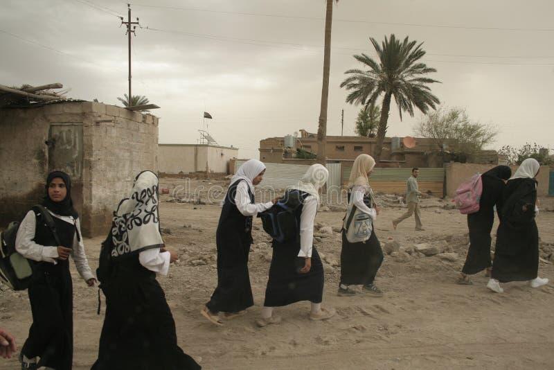 Irakische Mädchen, die nach Hause von der Schule gehen stockfotografie