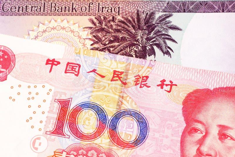 Irakisk valuta med hundra kinesiska yuananmärkning arkivfoto